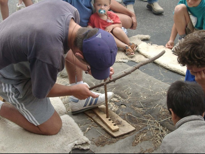 Un taller per aprendre a fer foc com els homes prehistòrics. EL PUNT