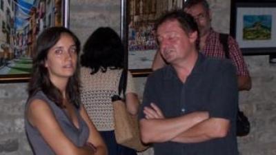 La regidora de cultura, María Rallo, i el pintor, Alfonso Falcó a la sala d'exposicions municipal. EL PUNT AVUI