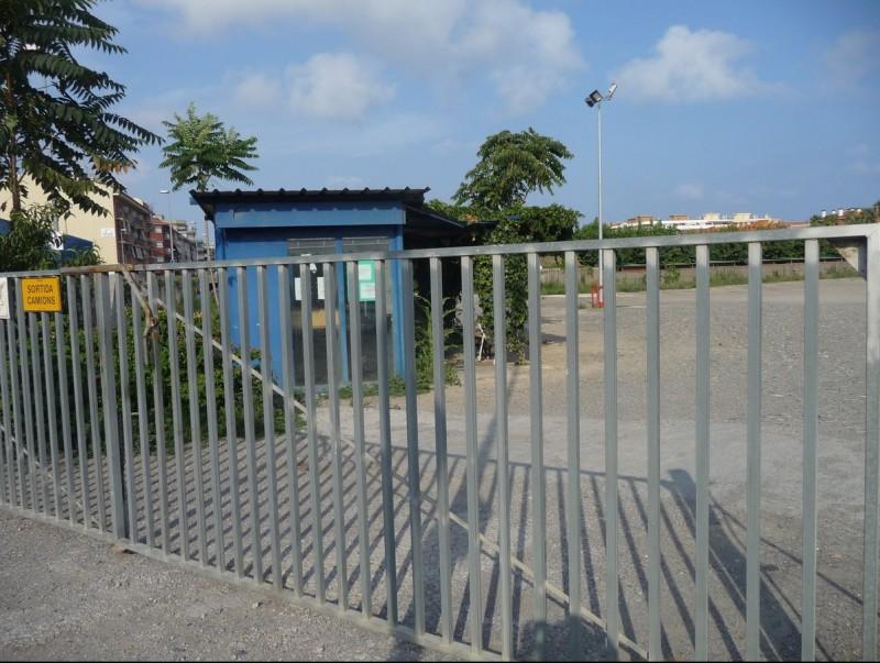 El pàrquing de camions del costat de la riera l'han tancat i ara aquests vehicles aparquen al polígon industrial. T.M
