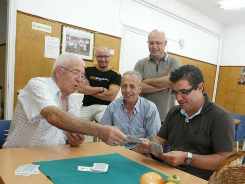 L'alcalde de Pallejà , Ismael Àlvarez –el segon per la dreta–, juga a cartes amb alguns dels avis, ahir al matí QUIM PUIG