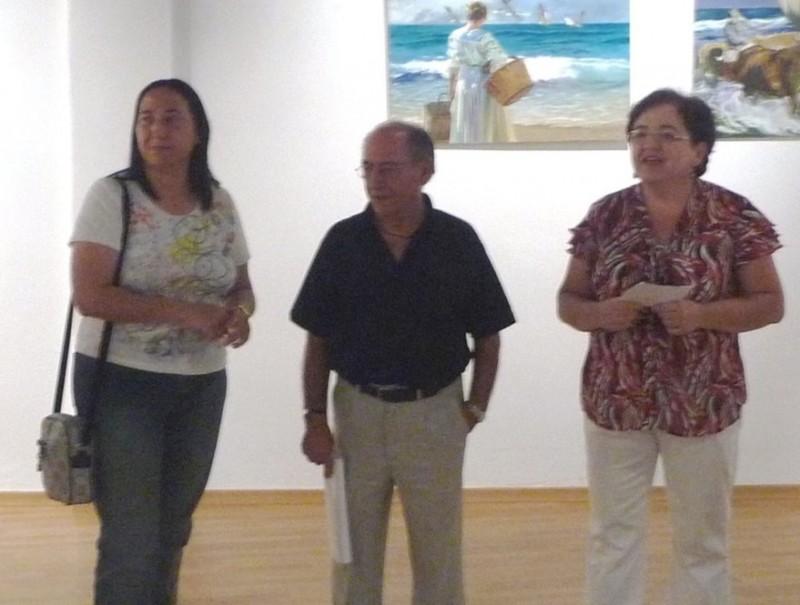 D'esquera a dreta, l'alcaldessa, l'artista i la regidora de Cultura. ESCORCOLL