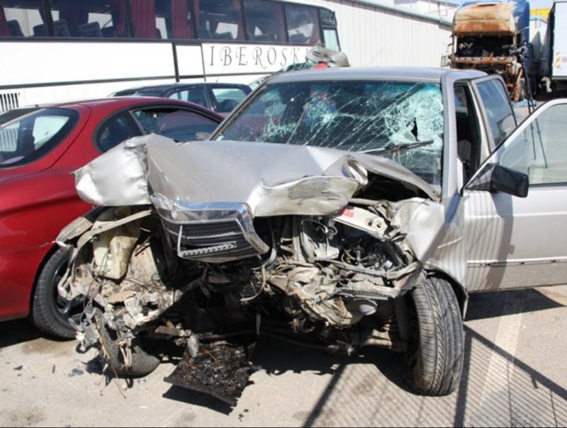 El cotxe que conduïa el noi de Cabanes i que es va encastar contra un arbre. ACN