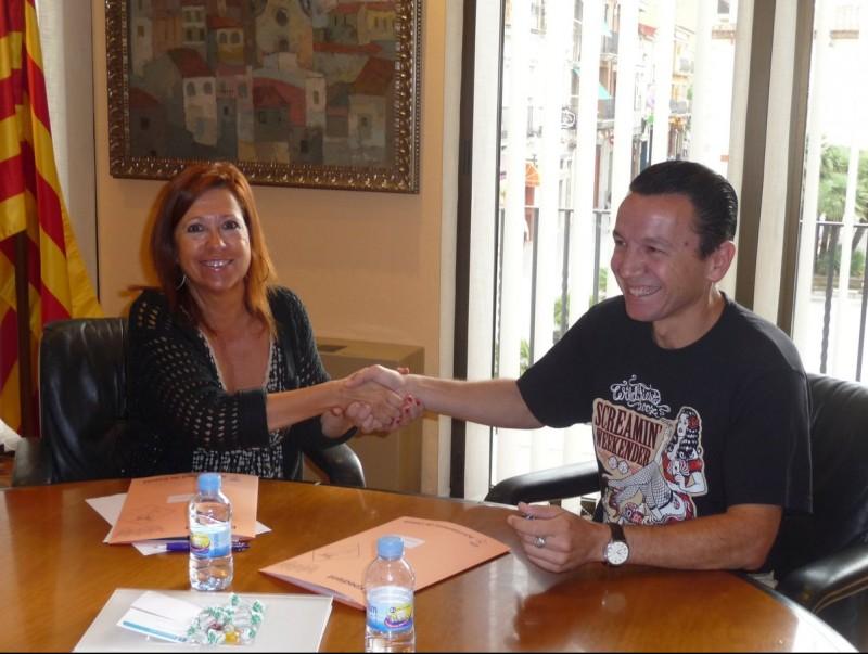 Montserrat Candini i Carlos Díaz signen el pacte entre Calella i l'Screaming Festival. T.M