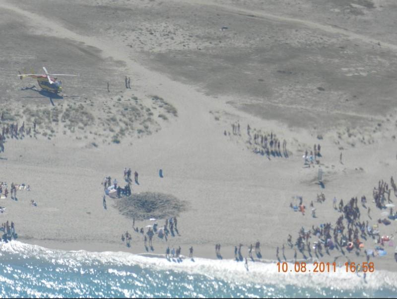 La platja amb el forat on es va produir l'accident poc després que hi arribessin els serveis d'emergència FTH