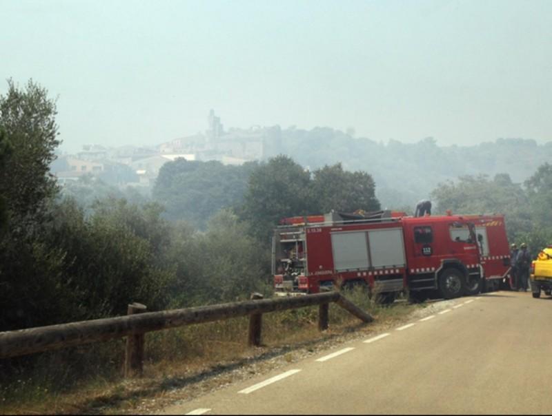 Un camió de bombers a la carretera, a prop de Rabós mentre cremava el foc. JOAN CASTRO / CAF