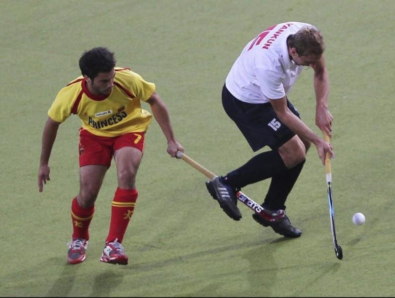 Miquel Delas, a l'esquerra, lluita per la bola amb el rus Nikolay Yankun. F. STRATENSCHULTE/ EFE