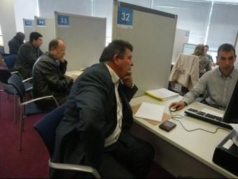 Contribuents a les oficines d'Hisenda de Barcelona.  QUIM PUIG