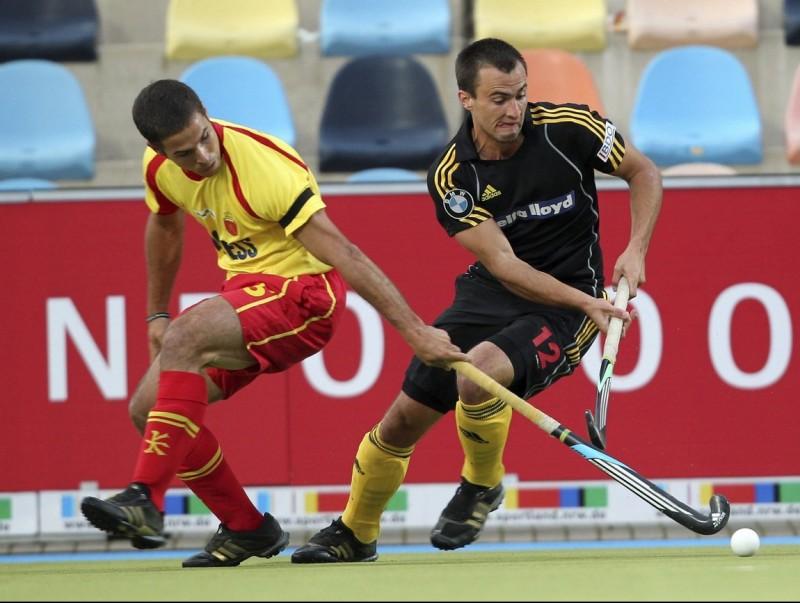 Juan Fernández, autor del segon gol del combinat espanyol, prova d'aturar el belga Alexandre de Paeuw ROLAND WEIHRAUCH / EFE
