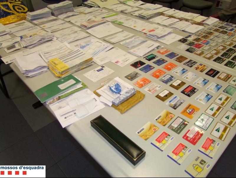 La cartera robava les cartes amb targetes de crèdit i els altres tres implicats les feien servir als caixers. EL PUNT AVUI