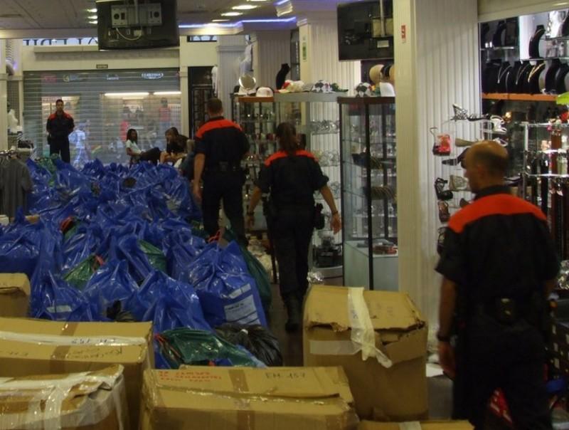 Responsables de marques i els Mossos van inspeccionar cinc establiments, on hi van irrompre de manera simultània CME
