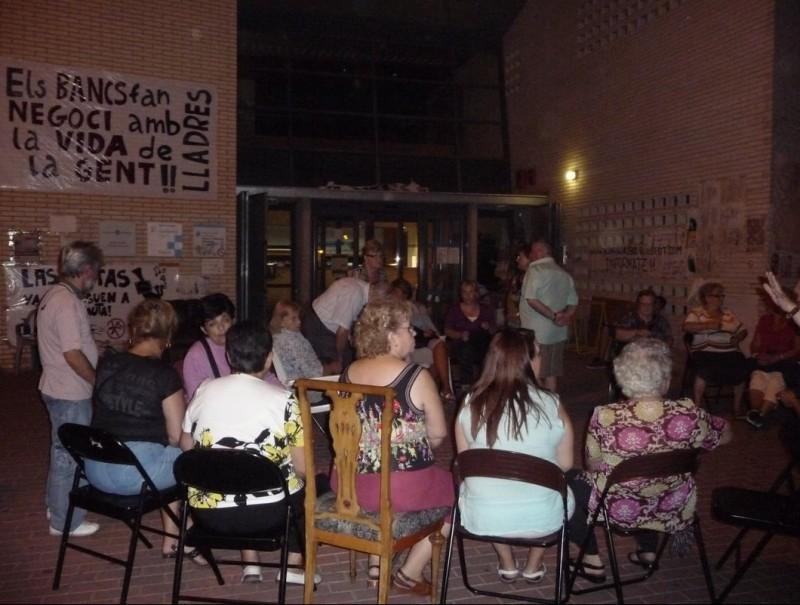 Veïns i usuaris del CAP de Ca n'Oriac , dimecres a la nit, tornant a ocupar l'equipament un dia després que els desallotgessin M.Â. LUQUE