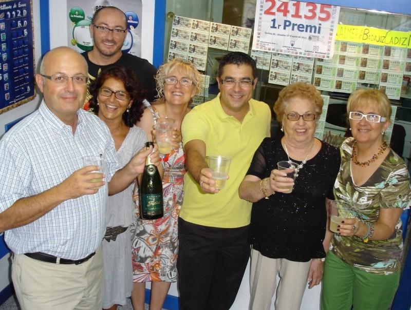 L'alcalde, Ismael Álvarez (de groc), celebra el premi amb Rosa Xancó (a la seva dreta) i amb veïns i clients L.S