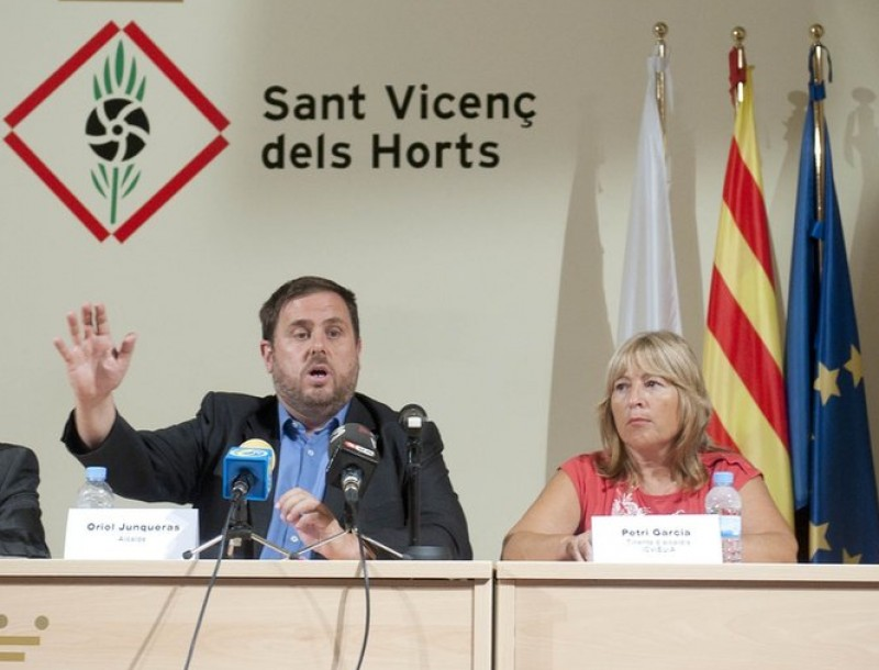 L'alcalde, Oriol Junqueras (el segon per l'esquerra), flanquejat per Jordi Soto (Junts x Sant Vicenç), Petri García (ICV-EUiA) i Cati Mestres (CiU) JOSEP LOSADA