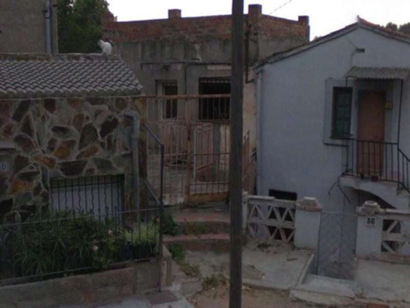 Les restes de la víctima s'han trobat al pou de la casa on vivia, al carrer Santa Magina (a la foto, és l'immoble del mig) E. P