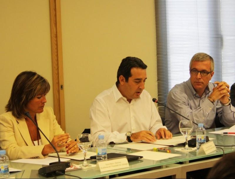 El president de la FMC, Manuel Bustos (al centre), flanquejat per l'alcaldessa de l'Hospitalet i l'alcalde de Tarragona, durant la reunió de l'executiva de l'entitat.