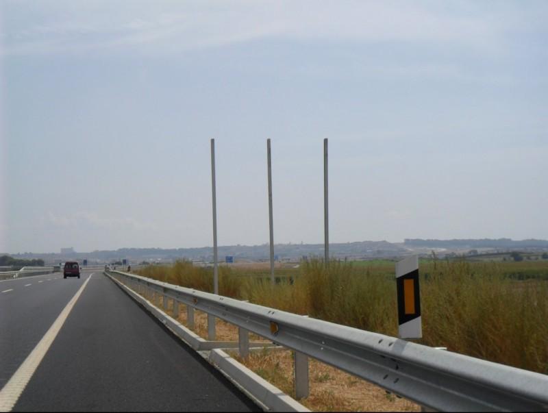 Els suports sense cartells a l'A-22 on hauria de figurar la senyalització d'entrada a Catalunya i sortida de la comunitat aragonesa. AJ. ALMACELLES