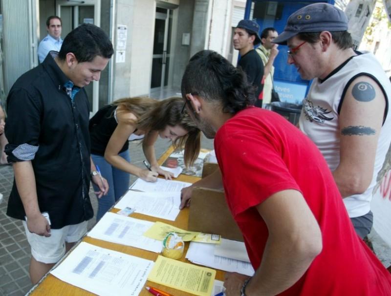 Veïns del CAP de Via Barcino, al districte de Sant Andreu, van passar la nit a la instal·lació i van recollir signatures per protestar pel tancament de les urgències nocturnes QUIM PUIG