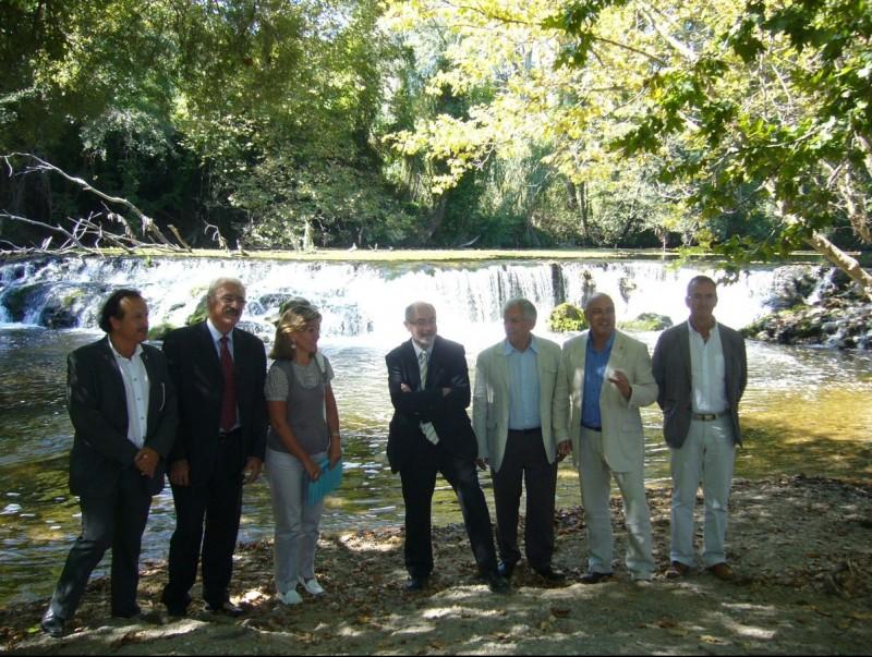 Representants de l'Estat i del consell comarcal de l'Alt Empordà van visitar ahir una part del camí, a Pont de molins. M.V