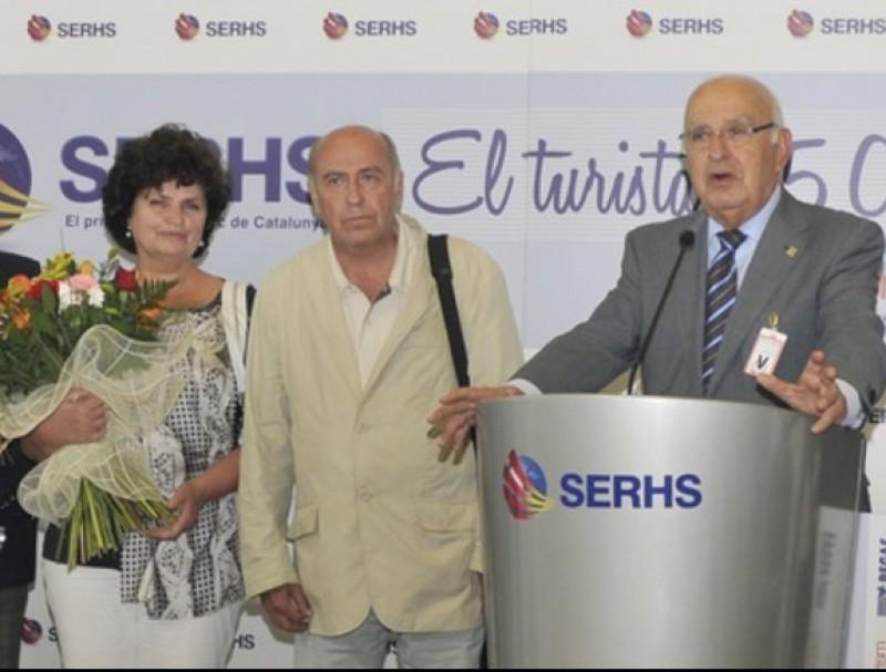 Ramon Bagó, del Grup Sehrs, dóna la benvinguda a la turista número 25 milions de l'agència de viatges del grup, Sehrs Tourism SERHS