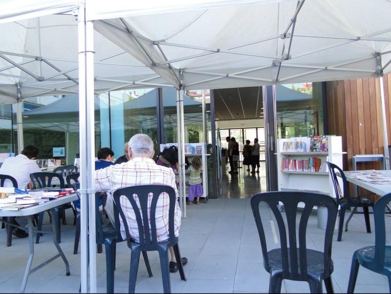 Usuaris de la biblioteca de Pineda a l'exterior durant el passat mes de juliol. T.M