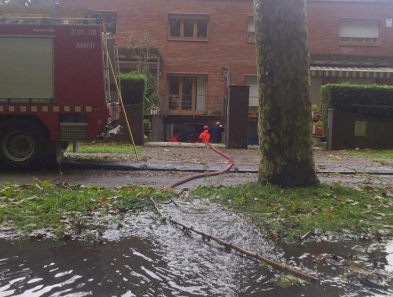 Les pluges han afectat baixos de cases a Olot ACN