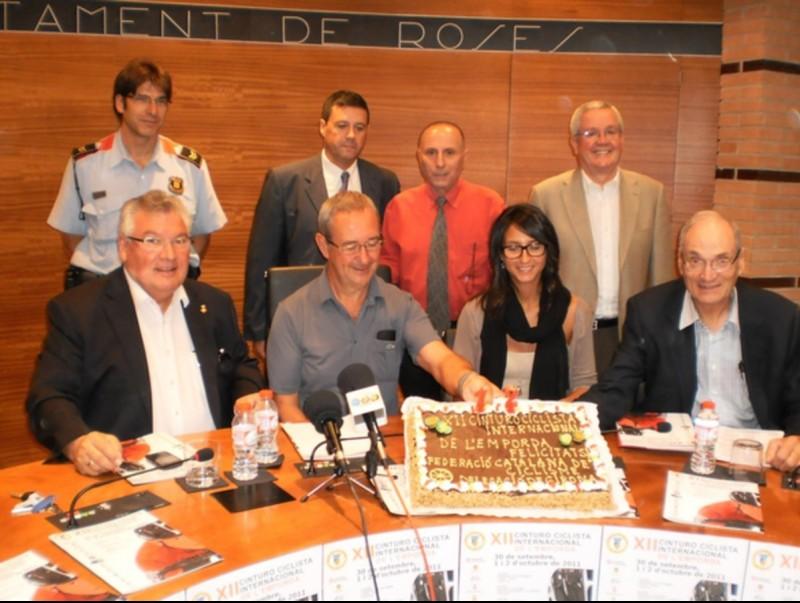 Celebració. El delegat de la Federació va obsequiar les autoritats amb un pastís EL 9