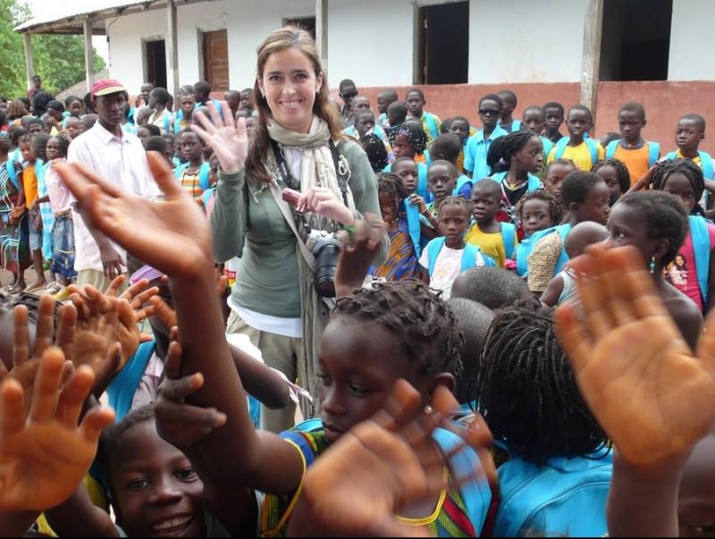 Esther Martín, en una visita a Bissau junt amb l'ONG Unicef per conèixer l'activitat que fa en aquell país.  ARXIU