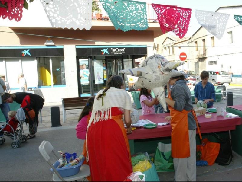 La fira ofereix tallers i tota classe de parades artesanes dedicades al món del paper.  EUDALD PICAS