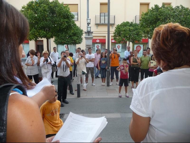 Una quarantena de persones es van concentrar ahir davant l'Ajuntament de Pineda. T.M