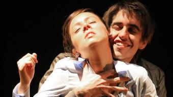 Els intèrprets banyolins Laura Pujolàs i Pau Vinyals , en una escena de 'Dinou', de Ferran Joanmiquel M. LLADÓ