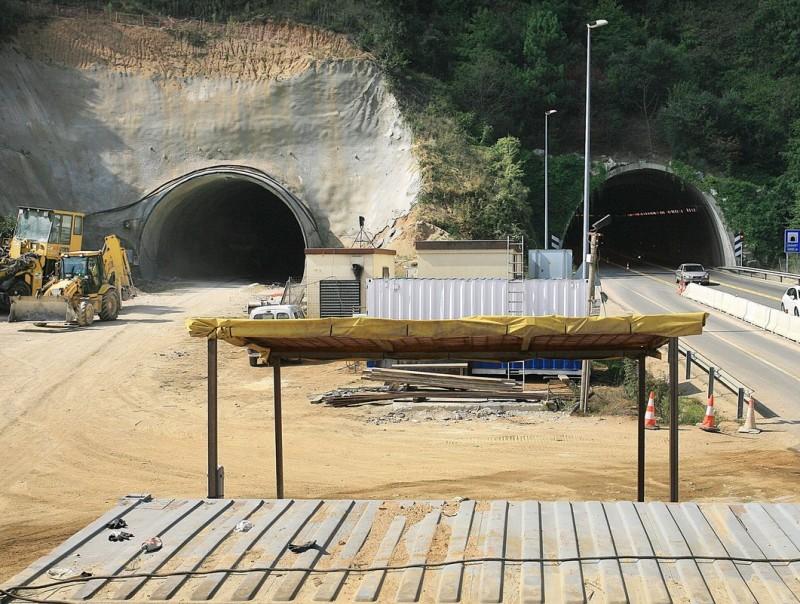 El túnel de les Foses es va acabar de construir fa deu dies, i ara ja estan començant a instal·lar-hi canonades de serveis. MANEL LLADÓ