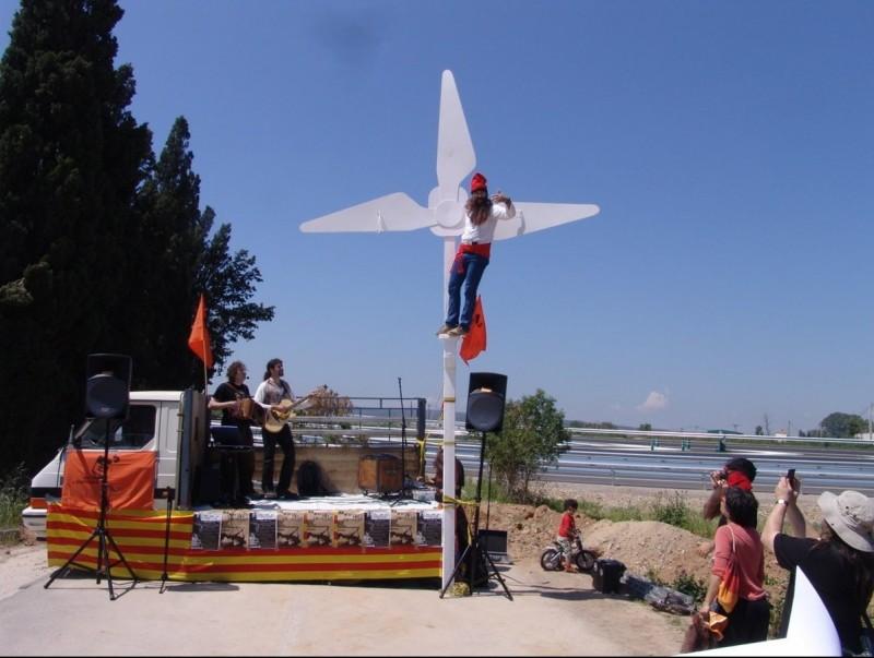 Una protesta de Salvem l'Empordà contra els parcs eòlics. O.M