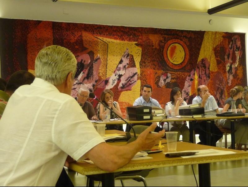 Detall del ple de dijous a Pineda on el PSC, al, govern, va anunciar que renunciava a crear la plaça de gerent. T.M