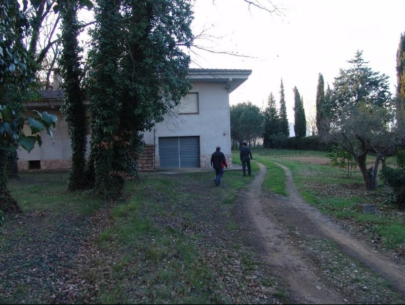 Una de les cases que hi ha al barri més proper a l'aeroport, a Vilobí. O.M