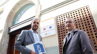 Miquel Buch i Joaquim Solé Vilanova debaten davant la seu del Consell Comarcal del Barcelonès.  ANDREU PUIG
