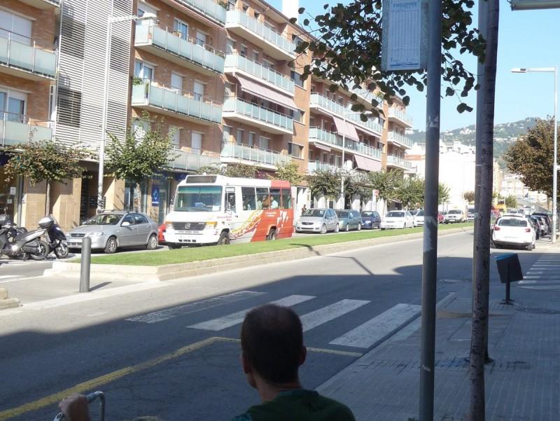 Un usuari en una de les parades del bus de Pineda de Mar. T.M
