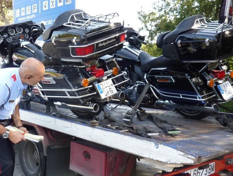 Un mosso inspecciona les Harley Davidson accidentades. De fons, un dels vehicles que va provocar el xoc Ò. PINILLA