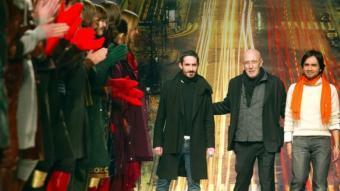 Toni Miró, al mig, i altres professionals del món de la moda, en una passarel·la a Barcelona.  ARXIU