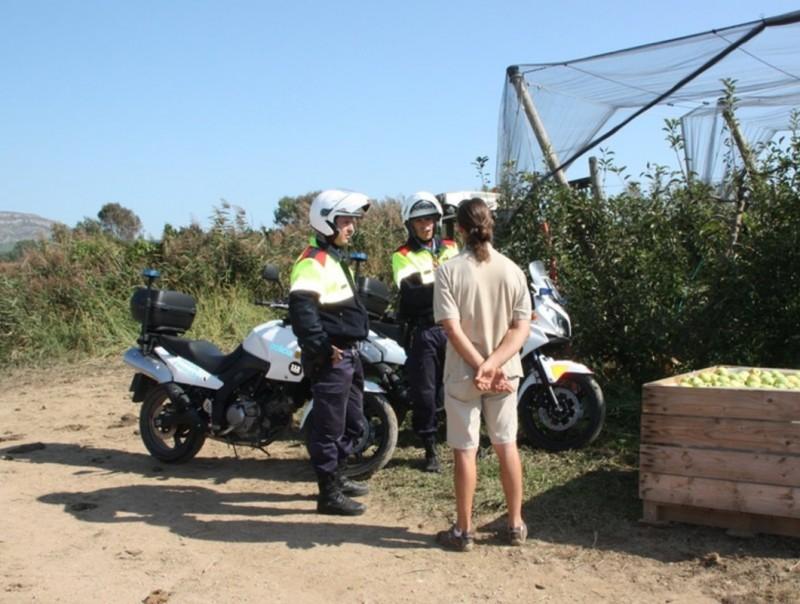 Una patrulla motoritzada dels Mossos fent un dels controls als camps de l'Empordà. ACN
