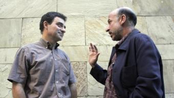 Andreu Ulied i Germà Bel continuen la animada conversa mentre posen per al fotògraf.  QUIM PUIG