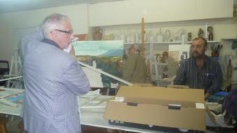 Membres del Cercle Artístic de Llefià recullen coses del local municipal d'on el PP els ha fet fora S.M