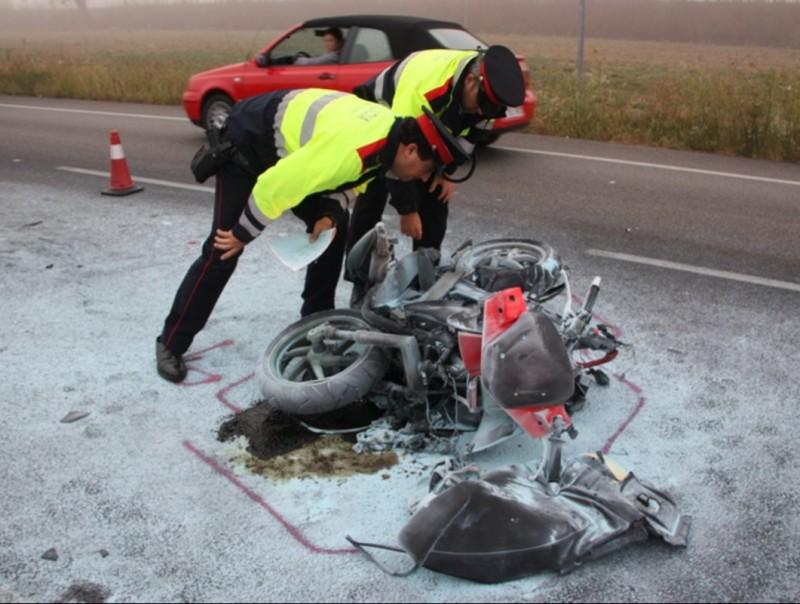 Dos mossos inspeccionant ahir el ciclomotor que va ser tocat per darrera ahir al quilòmetre 26,8 de la C-66, a Bordils ACN