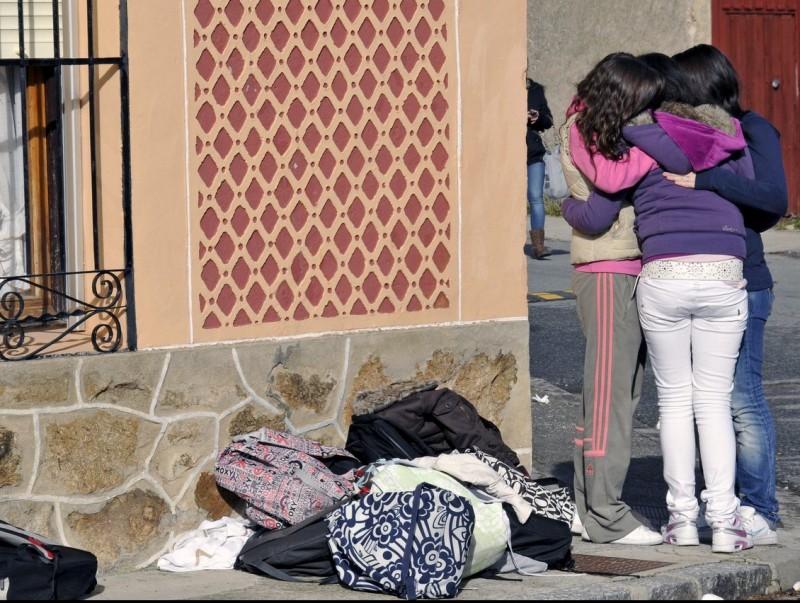 Imatge de familiars després d'una acció violenta contra les dones. ARXIU
