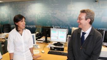 L'analista Paula Hausmann i el professor d'Esade Jesús Palau, a la seu d'Agenbolsa, lloc on es va celebrar la trobada  ANDREU PUIG