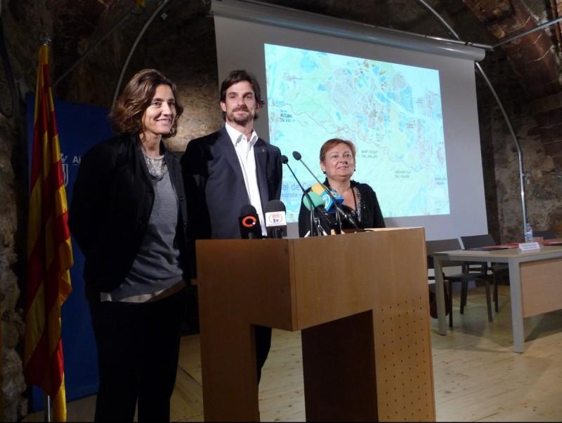 Els tres alcaldes , ahir, amb un plànol del pla general metropolità que conté el traçat del vial de Cornisa. C.A.F