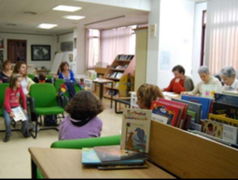 Moment de la marató de lectura a la Biblioteca Municipal CEDIDA