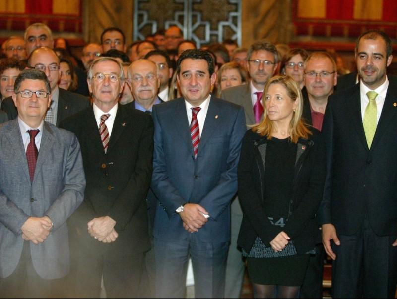 Els cent alcaldes que formen part del nou Consell de Governs Locals es van fotografiar ahir la vicepresidenta de la Generalitat, Joana Ortega, ahir al matí a l'Ajuntament de Barcelona. Q.PUIG