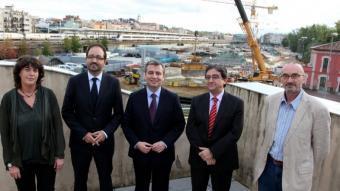 Teresa Jordà, Àlex Sàez, Jordi Milló, Enric Millo i Marc Vidal, ahir a la seu d'El Punt Avui a Girona davant les obres del TAV. JOAN SABATER
