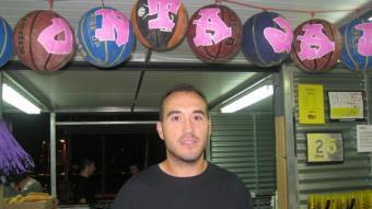 Ismaël treballa a la barraca del Basquet Club Fontajau.