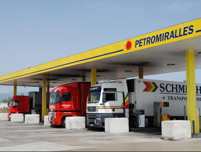 El negoci de Petromiralles va començar fa 44 anys amb una benzinera de poble.  L'ECONÒMIC